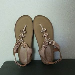 EUC Bolaro Thong w heel buckle Dress Sandal Gold